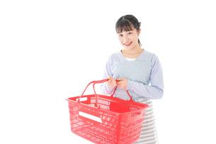 スーパーで買い物をする若い主婦の写真素材 [FYI04717494]