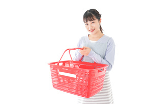 スーパーで買い物をする若い主婦の写真素材 [FYI04717495]