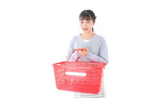 スーパーで買い物をする若い主婦の写真素材 [FYI04717496]
