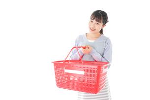 スーパーで買い物をする若い主婦の写真素材 [FYI04717497]