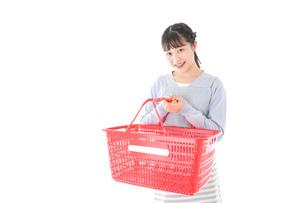 スーパーで買い物をする若い主婦の写真素材 [FYI04717498]