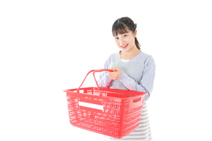 スーパーで買い物をする若い主婦の写真素材 [FYI04717499]