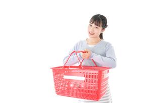 スーパーで買い物をする若い主婦の写真素材 [FYI04717500]