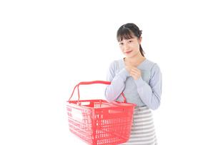 スーパーで買い物をする若い主婦の写真素材 [FYI04717501]