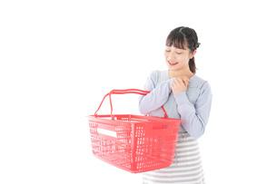 スーパーで買い物をする若い主婦の写真素材 [FYI04717502]