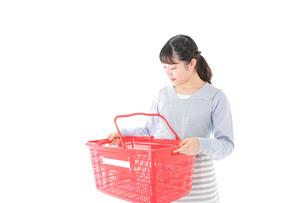 スーパーで買い物をする若い主婦の写真素材 [FYI04717503]