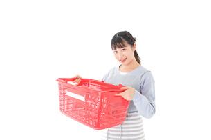スーパーで買い物をする若い主婦の写真素材 [FYI04717505]