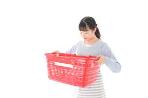 スーパーで買い物をする若い主婦の写真素材 [FYI04717506]