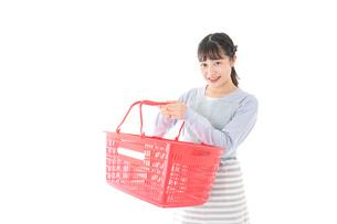 スーパーで買い物をする若い主婦の写真素材 [FYI04717507]