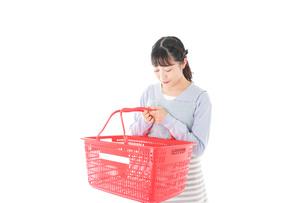 スーパーで買い物をする若い主婦の写真素材 [FYI04717508]