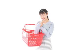 スーパーで買い物をする若い主婦の写真素材 [FYI04717510]