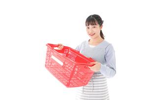 スーパーで買い物をする若い主婦の写真素材 [FYI04717511]
