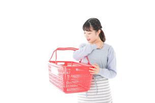 スーパーで買い物をする若い主婦の写真素材 [FYI04717516]