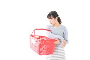 スーパーで買い物をする若い主婦の写真素材 [FYI04717518]