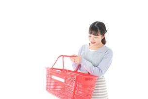 スーパーで買い物をする若い主婦の写真素材 [FYI04717520]