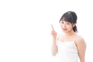 ビューティーアドバイスをする笑顔の若い女性の写真素材 [FYI04717526]