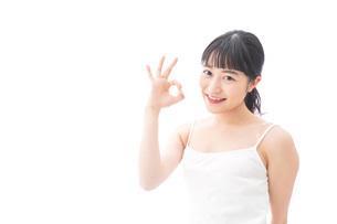 OKサインをするをする笑顔の若い女性の写真素材 [FYI04717536]