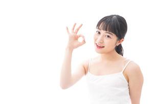 OKサインをするをする笑顔の若い女性の写真素材 [FYI04717539]