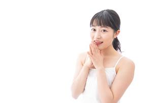 恋をする笑顔の若い女性の写真素材 [FYI04717546]