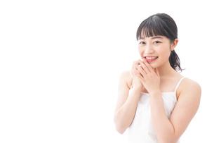 恋をする笑顔の若い女性の写真素材 [FYI04717549]