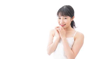 恋をする笑顔の若い女性の写真素材 [FYI04717550]