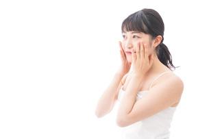 フェイシャルケアをする若い女性の写真素材 [FYI04717573]