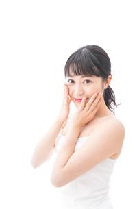 フェイシャルケアをする若い女性の写真素材 [FYI04717579]