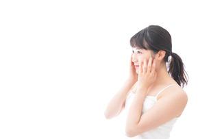フェイシャルケアをする若い女性の写真素材 [FYI04717603]