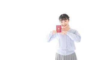 パスポートを持つ若い女性の写真素材 [FYI04717610]