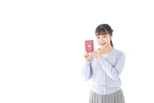 パスポートを持つ若い女性の写真素材 [FYI04717614]