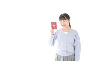 パスポートを持つ若い女性の写真素材 [FYI04717616]