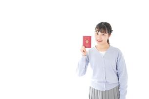 パスポートを持つ若い女性の写真素材 [FYI04717617]