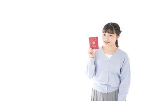 パスポートを持つ若い女性の写真素材 [FYI04717619]