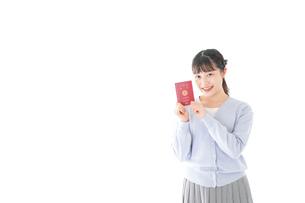 パスポートを持つ若い女性の写真素材 [FYI04717623]