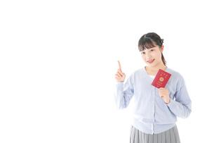 パスポートを持つ若い女性の写真素材 [FYI04717624]