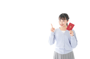 パスポートを持つ若い女性の写真素材 [FYI04717626]