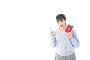 パスポートを持つ若い女性の写真素材 [FYI04717627]