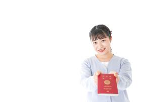 パスポートを持つ若い女性の写真素材 [FYI04717634]