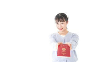 パスポートを持つ若い女性の写真素材 [FYI04717641]