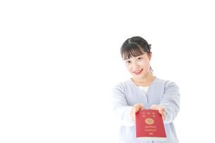 パスポートを持つ若い女性の写真素材 [FYI04717642]