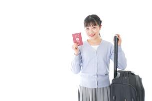 海外旅行に出かける若い女性の写真素材 [FYI04717645]