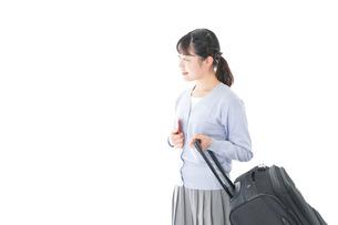 海外旅行に出かける若い女性の写真素材 [FYI04717666]