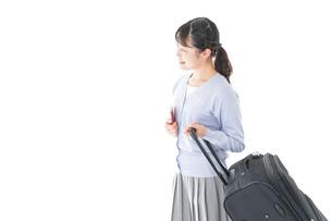 海外旅行に出かける若い女性の写真素材 [FYI04717669]