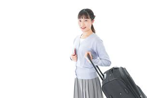 海外旅行に出かける若い女性の写真素材 [FYI04717680]