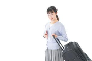 海外旅行に出かける若い女性の写真素材 [FYI04717681]