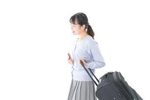 海外旅行に出かける若い女性の写真素材 [FYI04717684]