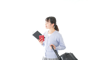 ガイドブックを持ち一人旅をする若い女性の写真素材 [FYI04717712]