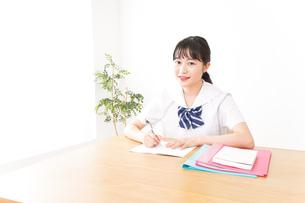 制服姿で勉強をする若い学生の写真素材 [FYI04717777]