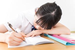 悩み事・いじめ・学生イメージの写真素材 [FYI04717841]