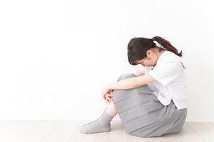悩み事・いじめ・学生イメージの写真素材 [FYI04717858]